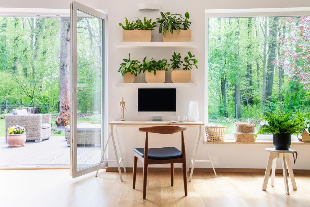 presklené dvere na terasu - domáca pracovňa s výhľadom