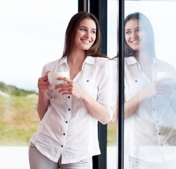 Dvere na terasu a veľké okná - presklené plochy, ktoré vládnu trendom posledných sezón